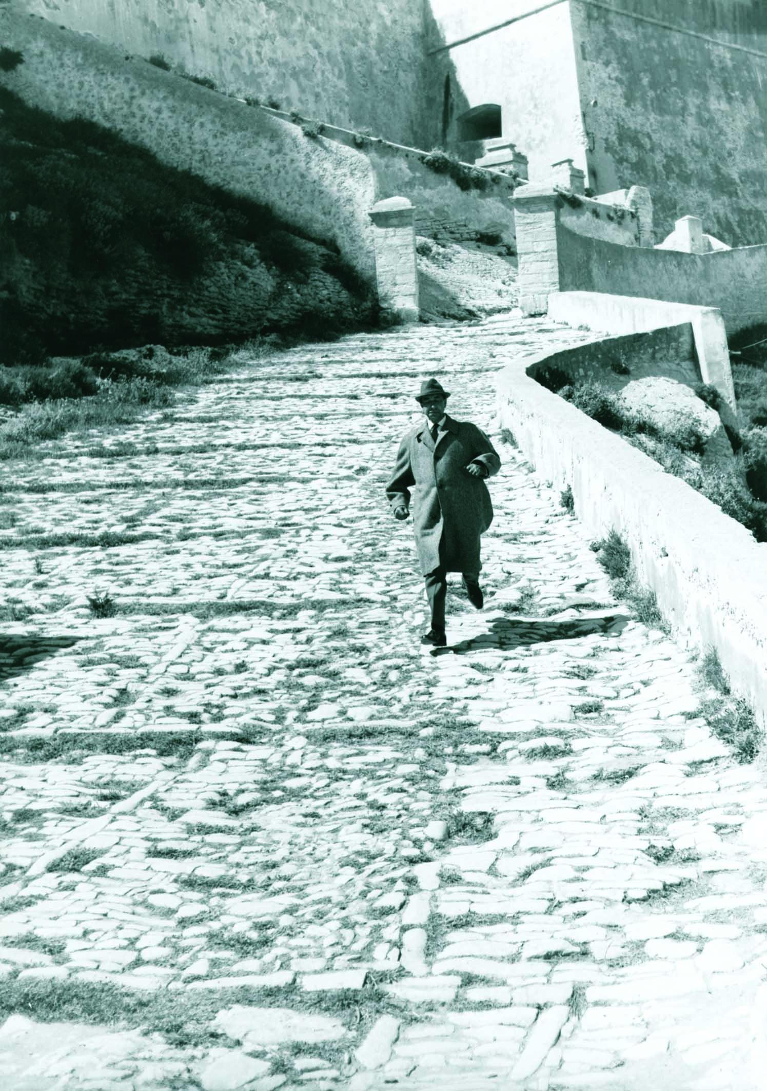 Corse Terre d'images, Jean Louis Castelli, est photographe de plateau sur le tournage en 1962 de L'Oeil du monocle de Lautner à Bonifacio, sa cité natale.